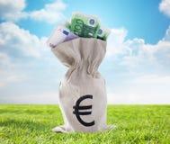 Κλείστε επάνω των ευρο- χρημάτων εγγράφου στην τσάντα υπαίθρια Στοκ εικόνες με δικαίωμα ελεύθερης χρήσης