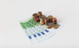 Κλείστε επάνω των ευρο- χρημάτων και των νομισμάτων εγγράφου στον πίνακα Στοκ εικόνα με δικαίωμα ελεύθερης χρήσης