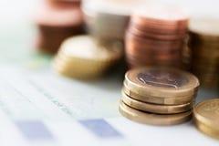 Κλείστε επάνω των ευρο- χρημάτων και των νομισμάτων εγγράφου στον πίνακα Στοκ Εικόνα