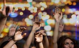Κλείστε επάνω των ευτυχών ανθρώπων στη συναυλία στη λέσχη νύχτας στοκ εικόνες με δικαίωμα ελεύθερης χρήσης