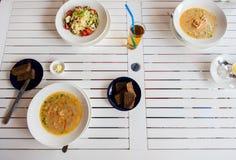 Κλείστε επάνω των ζυμαρικών με την ντομάτα και του τυριού στο πιάτο Στοκ Εικόνα