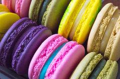 Κλείστε επάνω των ζωηρόχρωμων macarons Στοκ Εικόνα