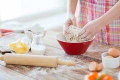 Κλείστε επάνω των θηλυκών χεριών ζυμώνοντας τη ζύμη στο σπίτι στοκ φωτογραφία με δικαίωμα ελεύθερης χρήσης