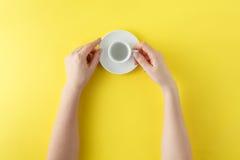 Κλείστε επάνω των θηλυκών χεριών με το φλυτζάνι καφέ Στοκ Εικόνα