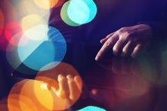 Κλείστε επάνω των θηλυκών χεριών χρησιμοποιώντας τον ψηφιακό υπολογιστή ταμπλετών Στοκ φωτογραφία με δικαίωμα ελεύθερης χρήσης