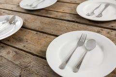 Κλείστε επάνω των κουταλιών και των δικράνων στο πιάτο Στοκ εικόνες με δικαίωμα ελεύθερης χρήσης