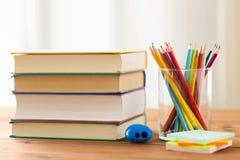 Κλείστε επάνω των κραγιονιών ή χρωματίστε τα μολύβια και τα βιβλία Στοκ εικόνα με δικαίωμα ελεύθερης χρήσης