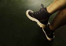 Κλείστε επάνω των μοντέρνων θηλυκών παπουτσιών Υπαίθρια υποδήματα παπουτσιών μόδας Στοκ Φωτογραφίες
