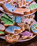 Κλείστε επάνω των μπισκότων Χριστουγέννων στην τοποθετημένη στη σειρά στάση μπισκότων Στοκ Φωτογραφίες