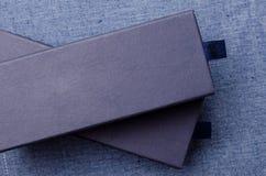 Κλείστε επάνω των μπλε κιβωτίων στο μπλε υπόβαθρο υφάσματος Στοκ φωτογραφία με δικαίωμα ελεύθερης χρήσης