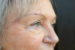 Κλείστε επάνω των μπλε ματιών μιας ηλικιωμένης κυρίας στοκ φωτογραφία με δικαίωμα ελεύθερης χρήσης