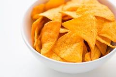 Κλείστε επάνω των πατατακιών ή των nachos καλαμποκιού στο κύπελλο Στοκ φωτογραφίες με δικαίωμα ελεύθερης χρήσης