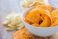 Κλείστε επάνω των πατατακιών ή των nachos καλαμποκιού στο κύπελλο Στοκ φωτογραφία με δικαίωμα ελεύθερης χρήσης