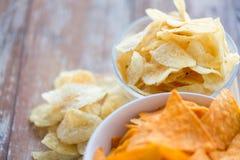 Κλείστε επάνω των πατατακιών πατατών και των nachos καλαμποκιού στον πίνακα Στοκ φωτογραφίες με δικαίωμα ελεύθερης χρήσης
