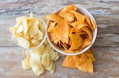 Κλείστε επάνω των πατατακιών πατατών και των nachos καλαμποκιού στον πίνακα Στοκ Εικόνες