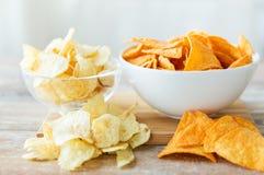 Κλείστε επάνω των πατατακιών πατατών και των nachos στο κύπελλο γυαλιού Στοκ Εικόνα