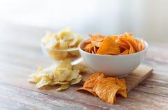 Κλείστε επάνω των πατατακιών πατατών και των nachos στο κύπελλο γυαλιού Στοκ φωτογραφία με δικαίωμα ελεύθερης χρήσης
