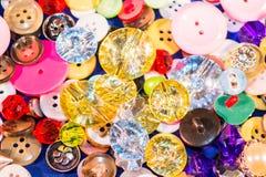 Κλείστε επάνω των παλαιών και νέων κουμπιών Στοκ εικόνες με δικαίωμα ελεύθερης χρήσης