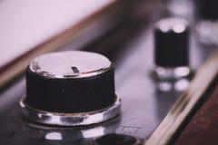 Κλείστε επάνω των πινάκων σε ένα αναδρομικό ραδιο εκλεκτής ποιότητας αναδρομικό φίλτρο ύφους Στοκ φωτογραφίες με δικαίωμα ελεύθερης χρήσης