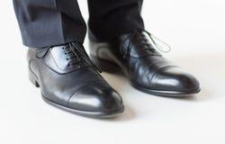Κλείστε επάνω των ποδιών ατόμων στα κομψά παπούτσια με τις δαντέλλες Στοκ Φωτογραφία