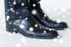 Κλείστε επάνω των ποδιών ατόμων στα κομψά παπούτσια με τις δαντέλλες Στοκ Φωτογραφίες