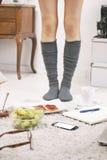 Κλείστε επάνω των ποδιών την περιστασιακή ασιατική γυναίκα στο σπίτι. Στοκ εικόνες με δικαίωμα ελεύθερης χρήσης