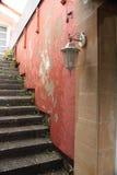 Κλείστε επάνω των σκαλοπατιών που οδηγούν στο patio σπιτιών Στοκ εικόνα με δικαίωμα ελεύθερης χρήσης