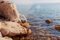 Κλείστε επάνω των φυσικών αλατισμένων κρυστάλλων, σύσταση του άλατος Μικρά κύματα που αγγίζουν ενάντια στην αλατισμένη ακτή βράχο Στοκ Εικόνες
