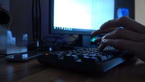 Κλείστε επάνω των χεριών δακτυλογραφώντας σε ένα πληκτρολόγιο υπολογιστών 4k φιλμ μικρού μήκους