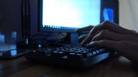 Κλείστε επάνω των χεριών δακτυλογραφώντας σε ένα πληκτρολόγιο υπολογιστών 4k απόθεμα βίντεο