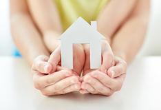 Κλείστε επάνω των χεριών γυναικών και κοριτσιών με το σπίτι εγγράφου Στοκ Εικόνα