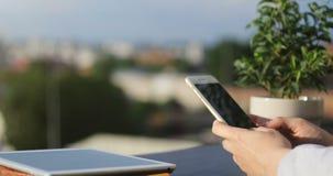 Κλείστε επάνω των χεριών γυναικών ` s κρατώντας το σύγχρονο texting μήνυμα τηλεφωνικής διαφήμισης κυττάρων, hipster κινητή τηλεφω φιλμ μικρού μήκους