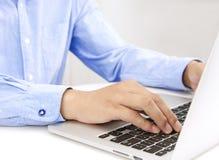 Κλείστε επάνω των χεριών επιχειρηματιών δακτυλογραφώντας στο φορητό προσωπικό υπολογιστή Στοκ φωτογραφία με δικαίωμα ελεύθερης χρήσης