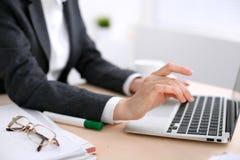 Κλείστε επάνω των χεριών επιχειρησιακών γυναικών δακτυλογραφώντας στο φορητό προσωπικό υπολογιστή στο άσπρο χρωματισμένο γραφείο στοκ φωτογραφία με δικαίωμα ελεύθερης χρήσης