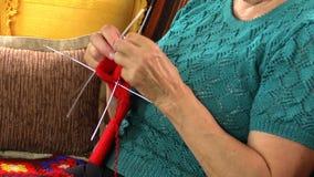 Κλείστε επάνω των χεριών ηλικιωμένων γυναικών πλέκει τις κάλτσες με πέντε βελόνες απόθεμα βίντεο