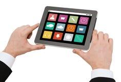 Κλείστε επάνω των χεριών κρατώντας το PC ταμπλετών με app τα εικονίδια Στοκ φωτογραφία με δικαίωμα ελεύθερης χρήσης