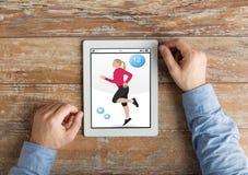 Κλείστε επάνω των χεριών με την ικανότητα app στο PC ταμπλετών Στοκ φωτογραφία με δικαίωμα ελεύθερης χρήσης