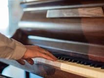 Κλείστε επάνω των χεριών μουσικών το κλασικό παιχνίδι πιάνων Στοκ φωτογραφίες με δικαίωμα ελεύθερης χρήσης