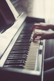 Κλείστε επάνω των χεριών νέων κοριτσιών, παίζοντας το πιάνο Στοκ Εικόνες