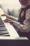 Κλείστε επάνω των χεριών νέων κοριτσιών, παίζοντας το πιάνο Στοκ φωτογραφίες με δικαίωμα ελεύθερης χρήσης