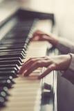 Κλείστε επάνω των χεριών νέων κοριτσιών, παίζοντας το πιάνο Στοκ φωτογραφία με δικαίωμα ελεύθερης χρήσης