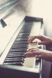 Κλείστε επάνω των χεριών, παίζοντας το πιάνο Στοκ Εικόνες