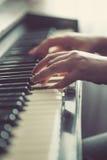 Κλείστε επάνω των χεριών, παίζοντας το πιάνο Στοκ εικόνες με δικαίωμα ελεύθερης χρήσης