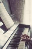 Κλείστε επάνω των χεριών, παίζοντας το πιάνο Στοκ εικόνα με δικαίωμα ελεύθερης χρήσης