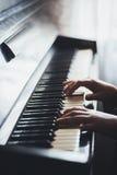 Κλείστε επάνω των χεριών, παίζοντας το πιάνο Στοκ Φωτογραφίες