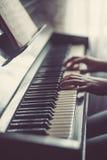 Κλείστε επάνω των χεριών, παίζοντας το πιάνο Στοκ φωτογραφία με δικαίωμα ελεύθερης χρήσης