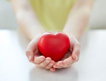 Κλείστε επάνω των χεριών παιδιών κρατώντας την κόκκινη καρδιά Στοκ φωτογραφία με δικαίωμα ελεύθερης χρήσης