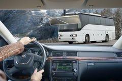 Κλείστε επάνω των χεριών σε ένα τιμόνι Στοκ Εικόνες