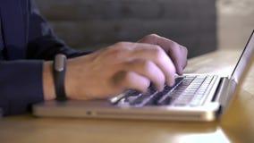 Κλείστε επάνω των χεριών των humah παίζοντας στο πληκτρολόγιο lap-top απόθεμα βίντεο
