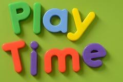 Κλείστε επάνω των χρονικών λέξεων παιχνιδιού στο ζωηρόχρωμο πλαστικό LE στοκ φωτογραφίες